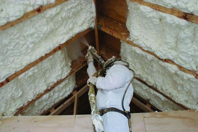 Ocieplenie dachu pianą PUR otwarto-komórkową lub zamknięto-komórkową