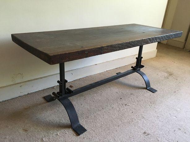Mesa baixa de madeira maciça e pé de ferro