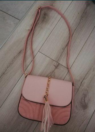 Różowa torebka z ozdobnym frędzlem
