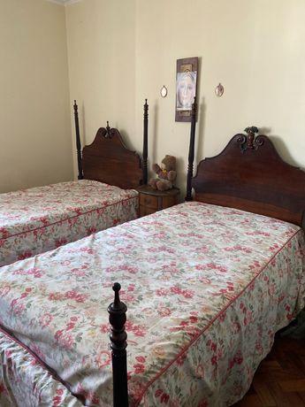 Duas camas de solteiro em mogno em estilo Inglês