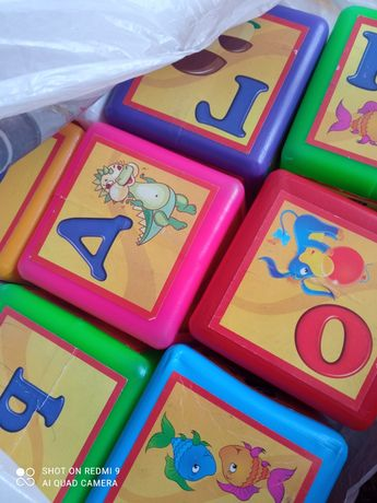 Розвиваючі кубики з літерами.
