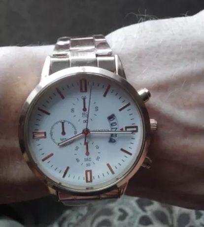 Кварцевые часы золотистого цвета