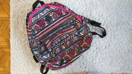 Plecak z kolorowym motywem