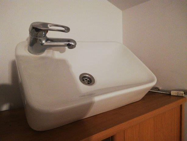 Umywalka nablatowa łazienkowa z kranem