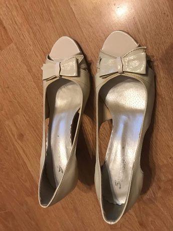 Bezowe buty