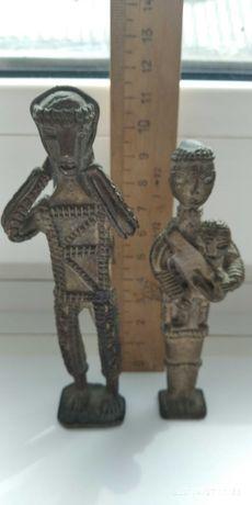 Бронзовые мужчина и женщина с ребенком . Африка .
