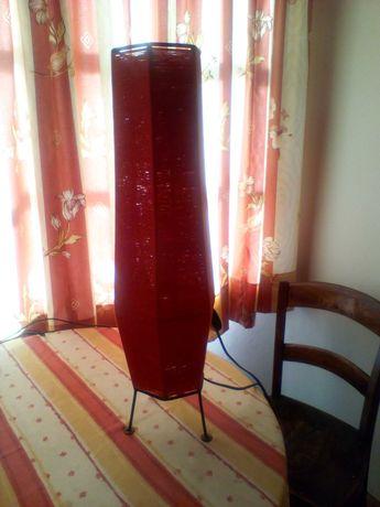 Candeeiro vermelho de pé