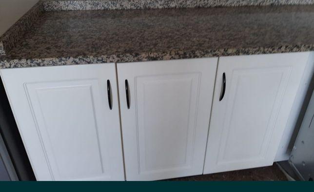 Móveis superiores e de balcão cozinha cor branco