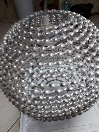 Żyrandol/lampa/ w kształcie kuli.