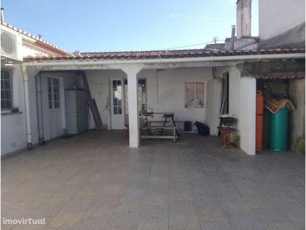 Moradia V5 com logradouro localizada na aldeia da Salvada
