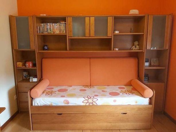 Quarto madeira cerejeira tipo estúdio com duas camas
