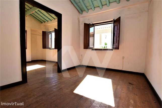 Prédio composto por duas moradias com 131 m2 de área total | Alandroal