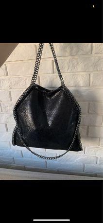 Czarna blyszczaca torba na ramie z lancuchami