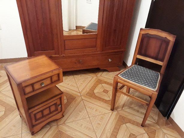 Roupeiro, Mesa de Cabeceira e Cadeira - Móveis Antigos e Bem Estimados
