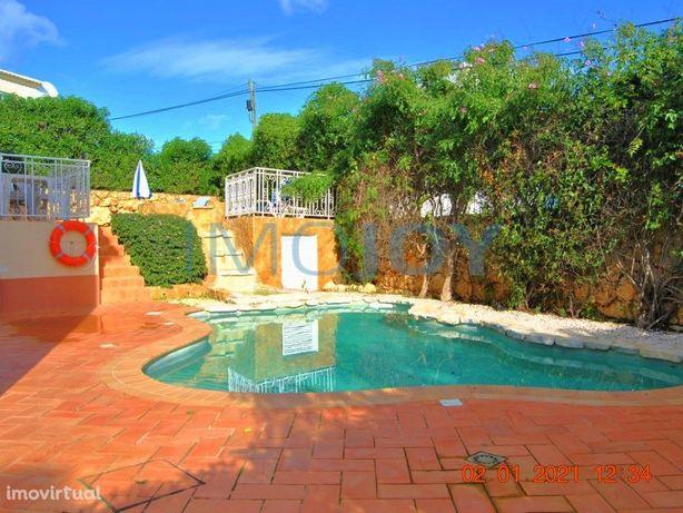 Moradia V4 com Jardim e Piscina em Condomínio