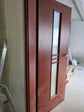 Drzwi z futryna i klamka