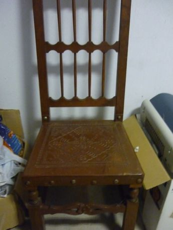 Cadeiras em castanho e couro
