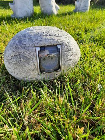 Gniazdo betonowe kamień. Osłona gniazdka elektrycznego