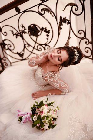 Шикарное свадебное платье с жемчужными пуговицами по спинке и кружевом