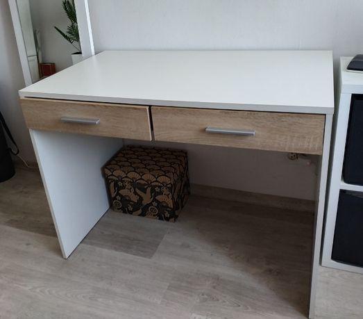 Białe biurko z szufladami w kolorze drewna