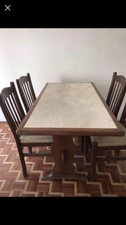 Mesa de mármore e madeira com cadeiras