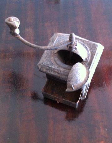 antigo moinho de cafe em metal