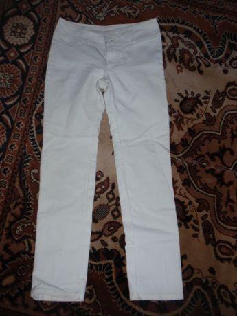 Світлі джинсові штани на дівчинку на 8 років