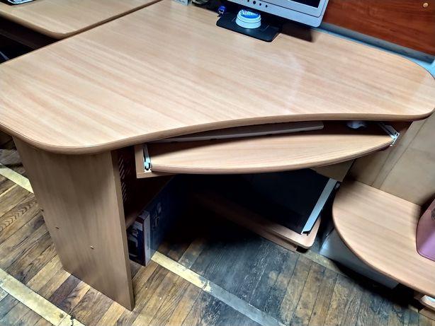 Стол с удобной зоной хранения-три полки, мощная под клавиатуру