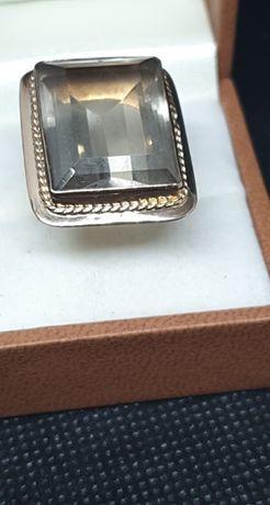 Złoty pierścionek próby 750