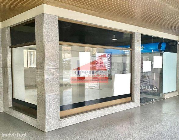 Loja no centro da cidade, com gabinete e ar condicionado.