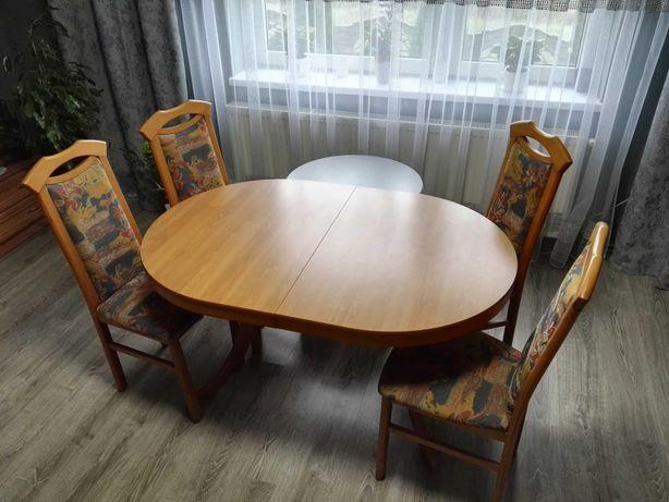 Stół z krzesłami,