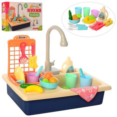 Кухня дитяча , ллється вода з крана
