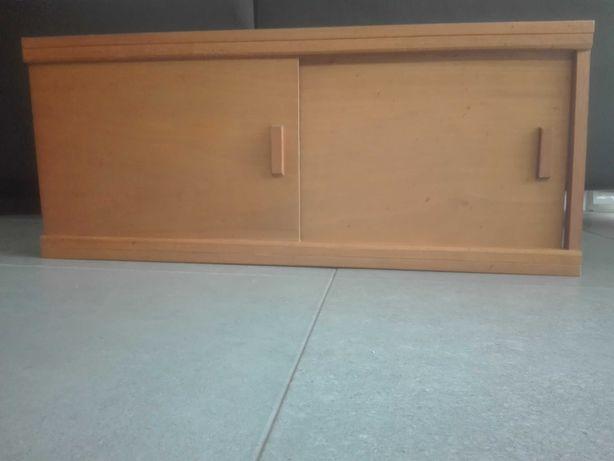 armário de madeira sem fundo e sem laterais com portas de correr