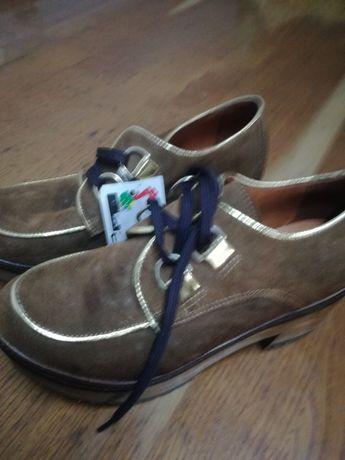 Sapatos novos em pele com etiqueta
