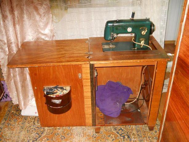 Швейная машинка Naumann с тумбой.