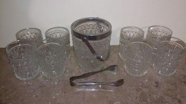 Copos de whisky e balde de gelo