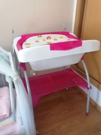 Banheira de bebê com muda fraldas