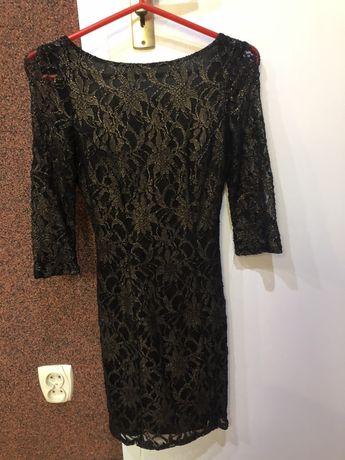 Obcisła sukienka z odkrytymi plecami