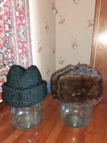 Две меховых шапки
