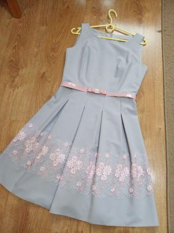Śliczna sukienka z paseczkiem