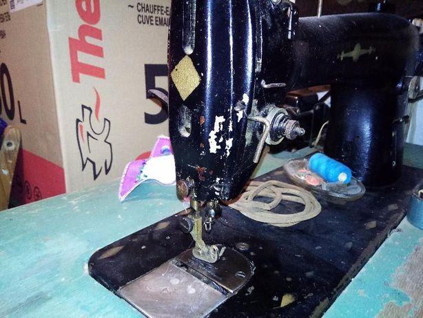 Производственная швейная машинка с оверлоком и электроприводом