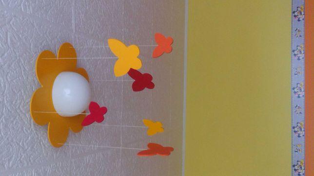 Lampa wiszaca dla dziecka, źyrandol. Szklany klosz, motylki drewniane.