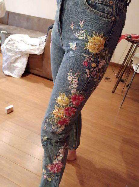 Jeansy z haftem high waist