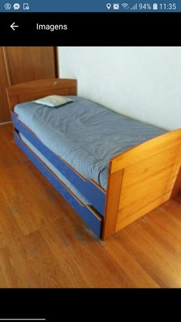 2 camas de criança e 2 colchões em pinho