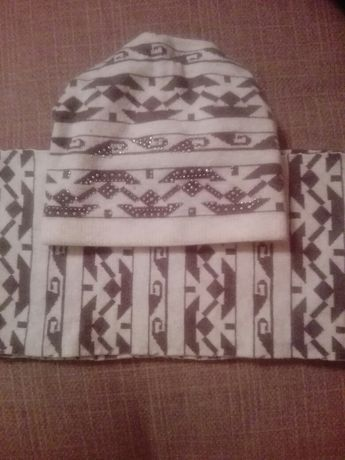 Трикотажная, двойная шапка с шарфом.