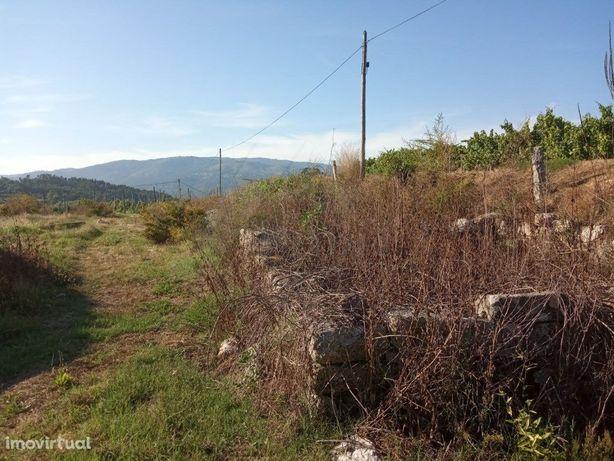 Terreno de construção c/ ruína.