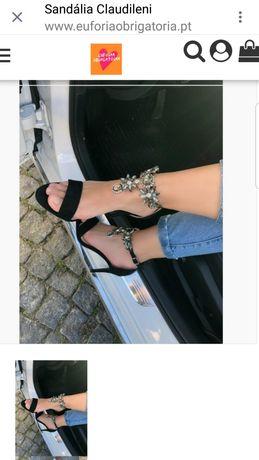 Sandália preta com pedras brilhantes
