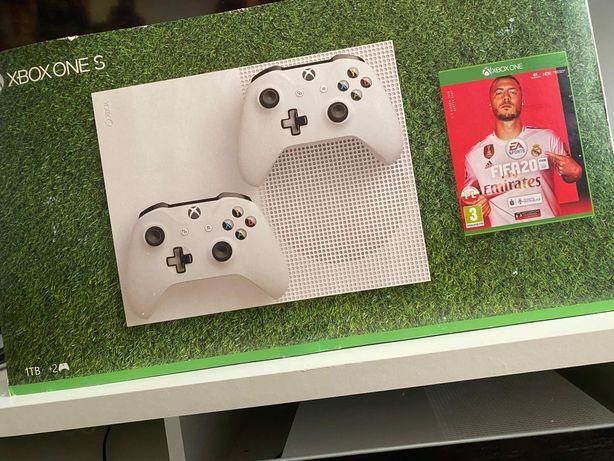 Xbox one s z dwoma padami i 15 grami