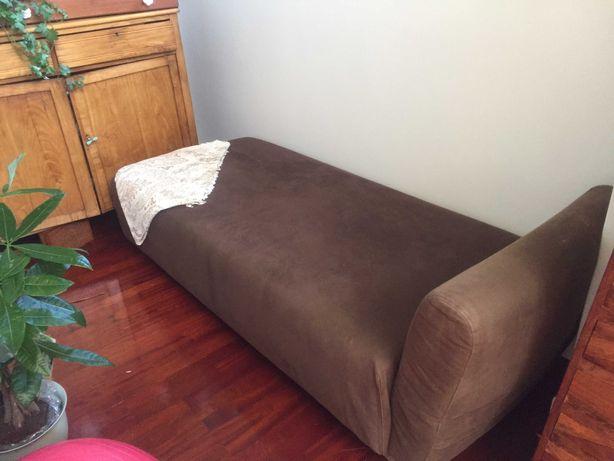 Sofá com chaise longue. Cor castanho. IKEA. Pouco uso.