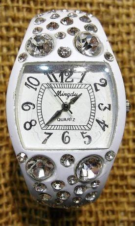 Женские наручные часы со стразиками
